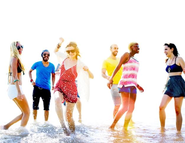 多様なビーチ夏の友達楽しいランニングコンセプト