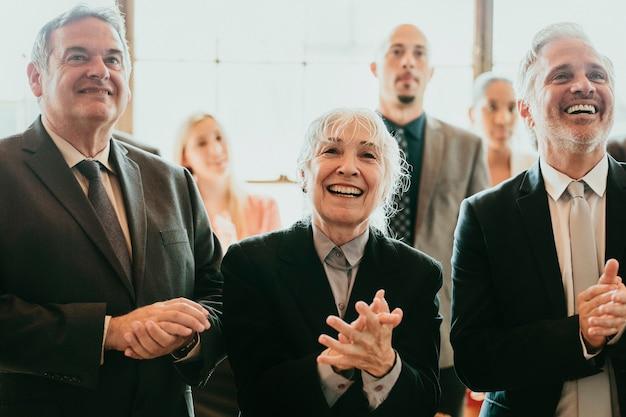 Разнообразные деловые люди аплодируют от радости