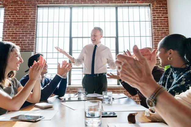 喜びで拍手する多様なビジネスマン