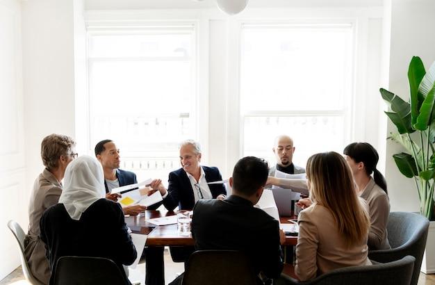 회의를 하는 다양한 비즈니스 사람들