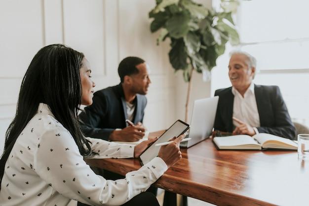 会議での多様なビジネスマン