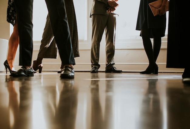 함께 서 있는 다양한 비즈니스 사람들