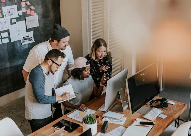 Разнообразные деловые люди, работающие вместе в офисе