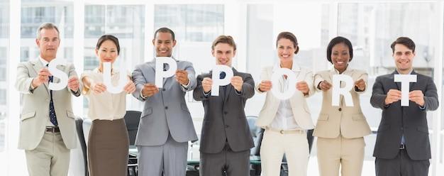 手紙のスペルをサポートしているさまざまなビジネスチーム