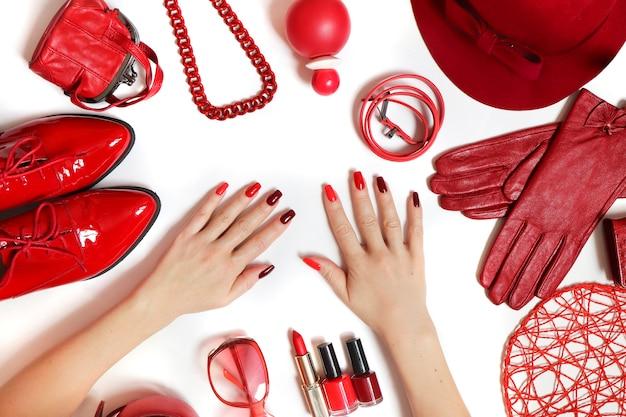 白地に赤の衣類やアクセサリーの多様なコレクション。