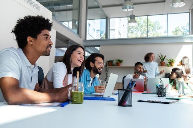 ニュースを共有するオフィスの同僚の多様なグループ。話している。スペースをコピーします。仕事での友情の概念。ビジネスコンセプト。