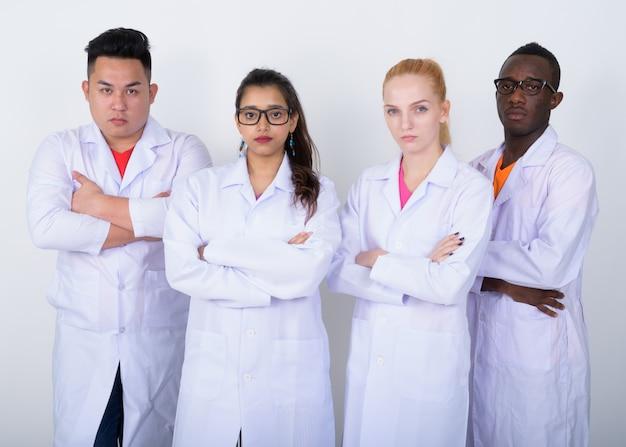 腕を組んで多民族の医師の多様なグループ