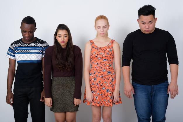 悲しい探している多民族の友人の多様なグループ