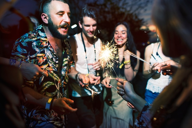 Разнообразная группа людей, которые наслаждаются поездкой и фестивалем