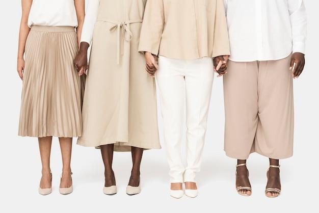 アーストーンのカジュアルな服を着ている人々の多様なグループ