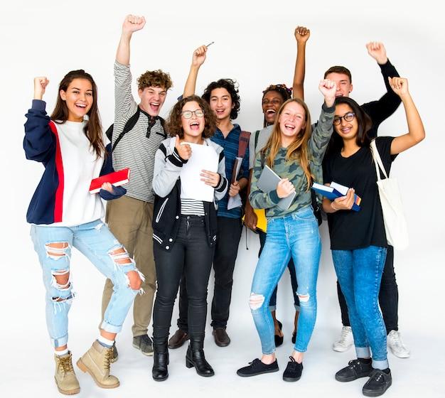 Разнообразная группа подростков стреляет