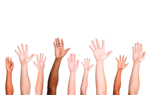 Diverso gruppo di mani alzate