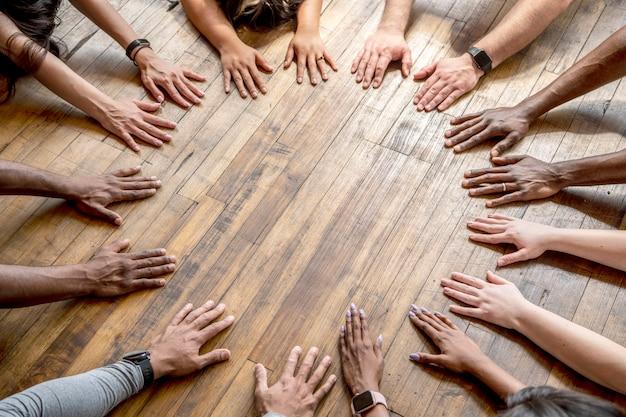 床に円を描く多様な手