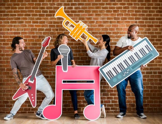 Разнообразные счастливые музыканты играют вместе