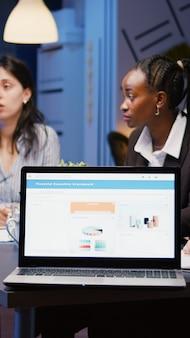 Разнообразные идеи многоэтнической компании, обсуждающие идеи руководства