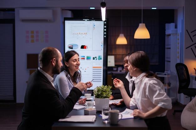 초과 근무 관리 전략을 분석하는 다양한 다민족 기업인