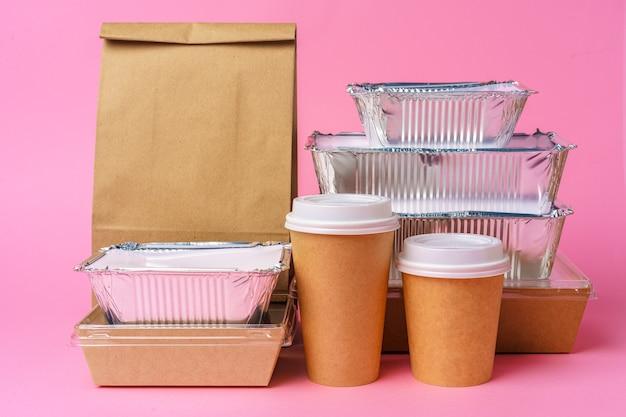 Разнообразные контейнеры для еды на вынос. концепция доставки еды
