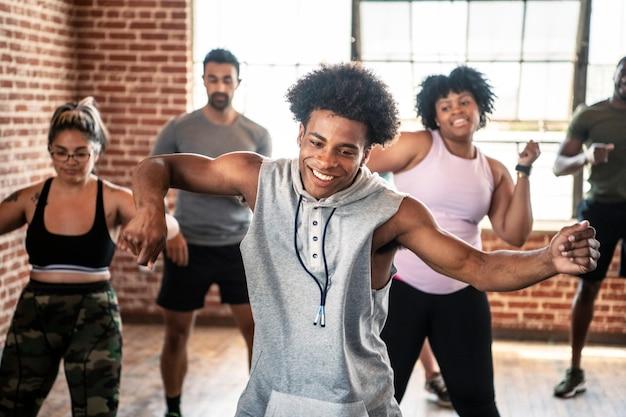 Разнообразные люди в активном танцевальном классе