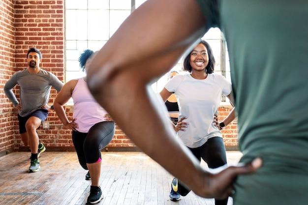 Разные люди в классе упражнений