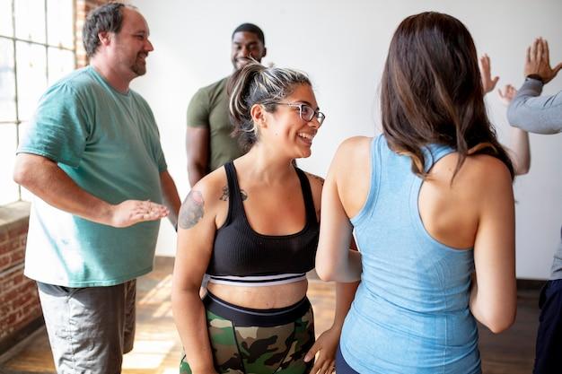 운동 수업의 다양한 사람들