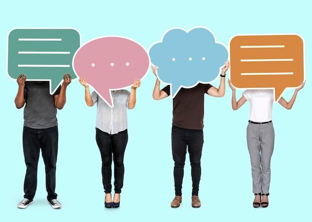 Разнообразные люди, показывающие символы речи пузырь