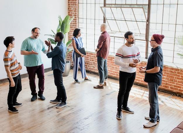 Разные люди разговаривают в группах во время перерыва