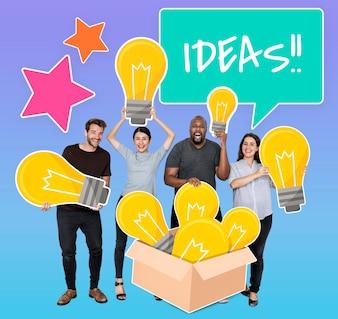 クリエイティブなアイデアの電球を持つ多様な人々