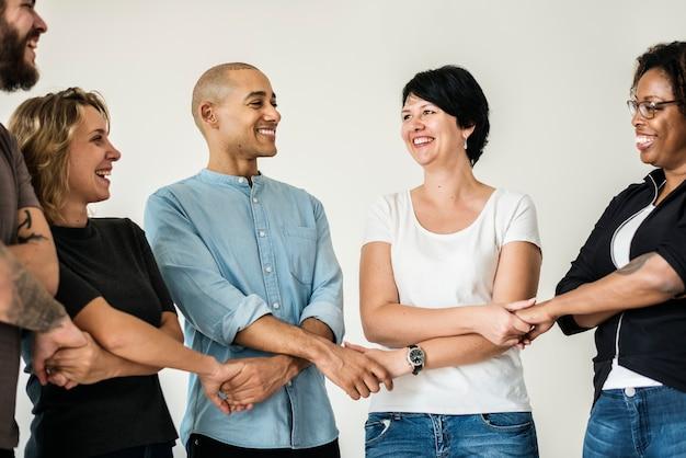 チームワークのコンセプトを持つ多様な人々