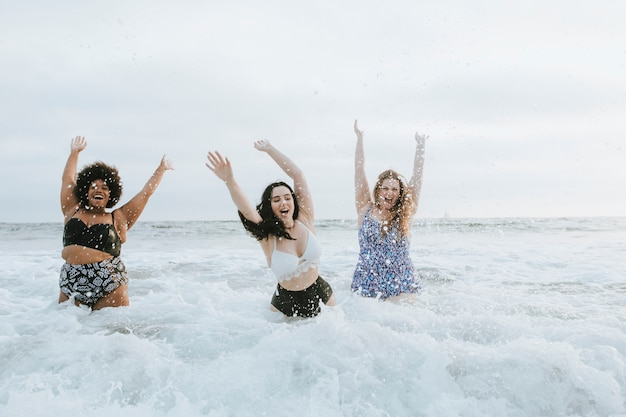 水中で楽しんでいる多様なプラスサイズの女性