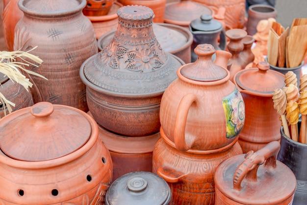 Разнообразная керамика на выставке народных промыслов