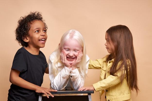 一緒に幸せにポーズをとる多様な笑顔のポジティブな子供たち