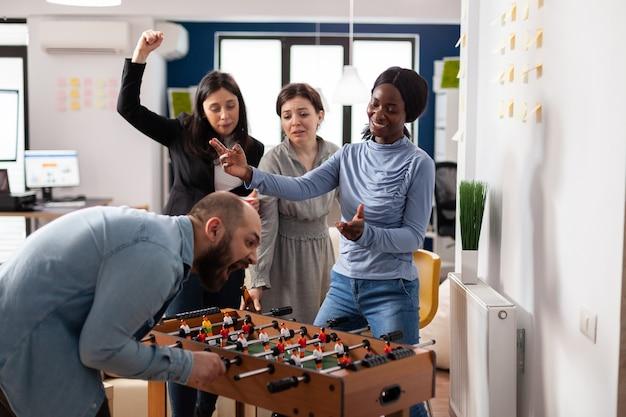 仕事の後に競争を楽しんでいる友人の多様なチーム