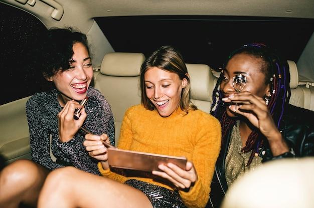택시 뒷좌석에 다양한 여성