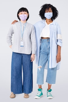 Diverse donne volontarie che indossano la maschera facciale nel nuovo corpo normale normale