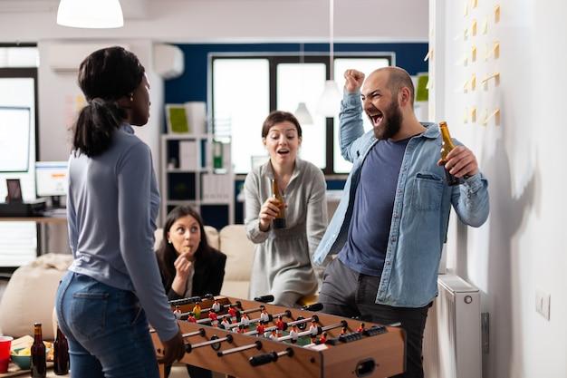 多様な労働者がフーズボールのプレーを祝う