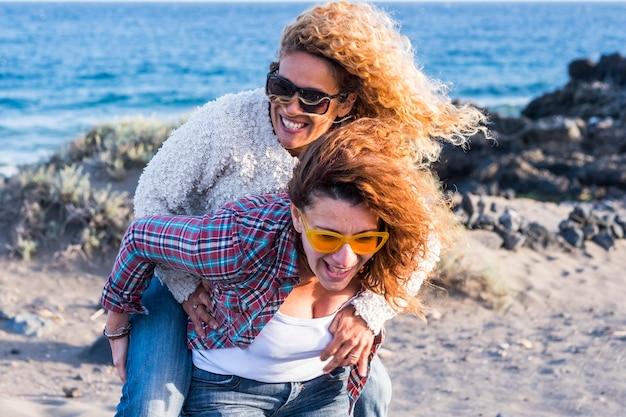 2 人の女性が一緒に楽しみ、アウトドア レジャー活動で大いに笑う、多様性と友情のコンセプト