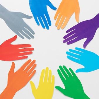 異なる色の紙の手で多様性の配置