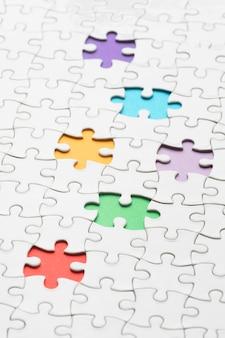 さまざまなパズルのピースを備えた多様性の品揃え