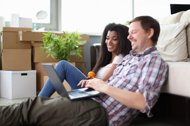 多様性のカップルがアパートの新しい家具を手に入れる