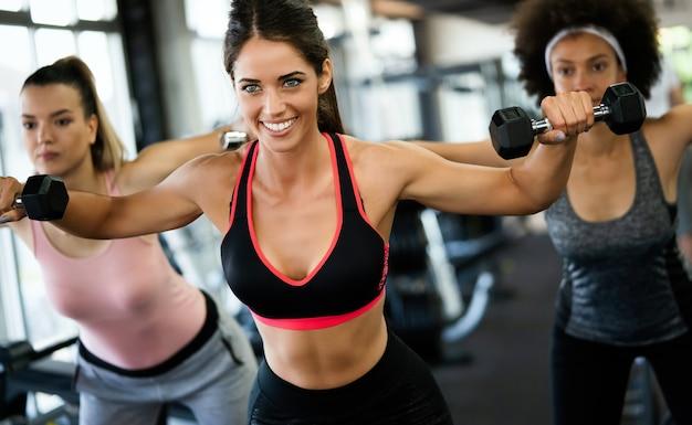 체육관에서 훈련하는 사람들의 다양성 그룹. 피트니스 클래스에서 운동하는 트레이너 및 낚시를 좋아하는 사람