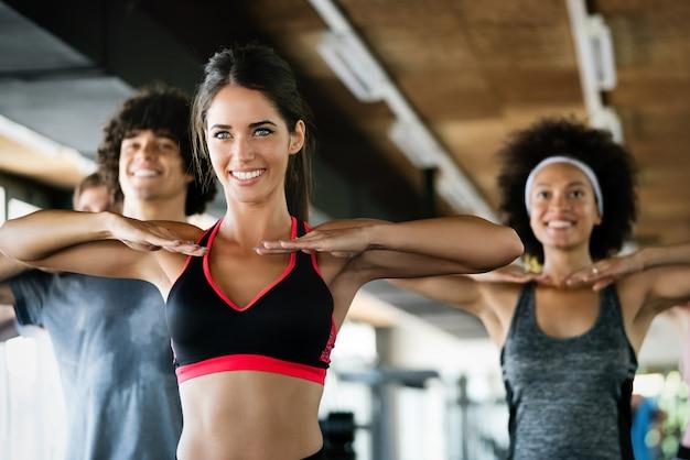 체육관에서 훈련하는 다양한 사람들. 피트니스 클래스에서 운동하는 트레이너 및 낚시를 좋아하는 사람