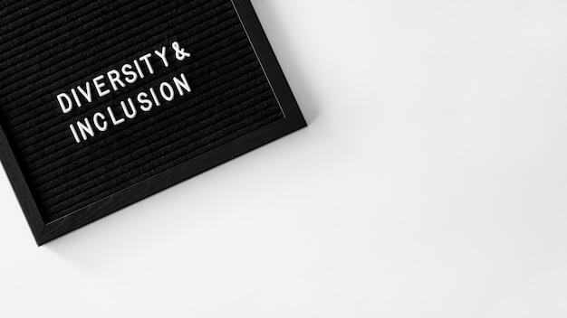 Citazione di diversità e inclusione sullo spazio della copia in tessuto nero
