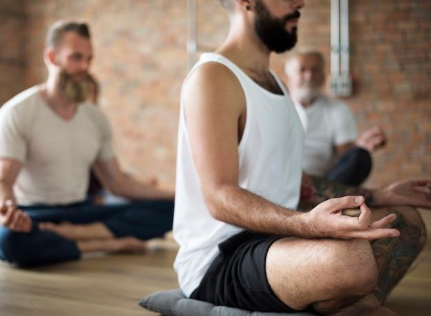 Lezione di esercizi di persone di diversità relax concept