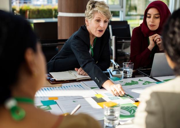 多様性の人々は国際会議パートナーシップを話す