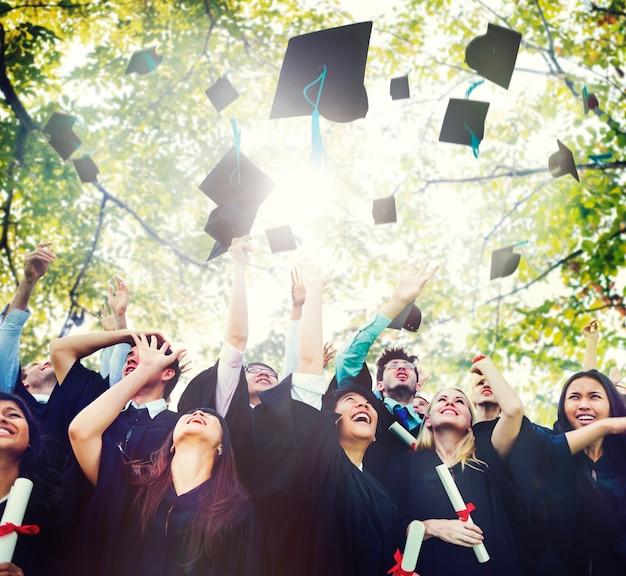 다양성 학생 졸업 성공 축 하 개념