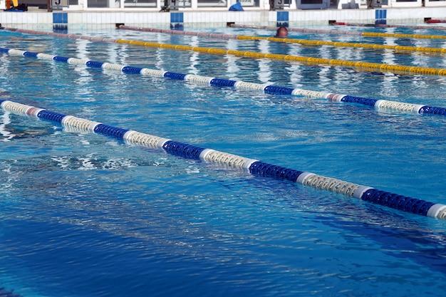 Разделители дорожек в большом открытом бассейне