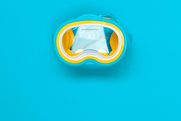 Очки для дайвинга, изолированные на цветном фоне