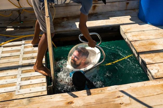 モーリシャス島の海で水中ヘルメットに飛び込む