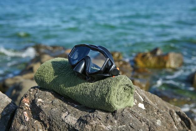 Маска для дайвинга на камне в море