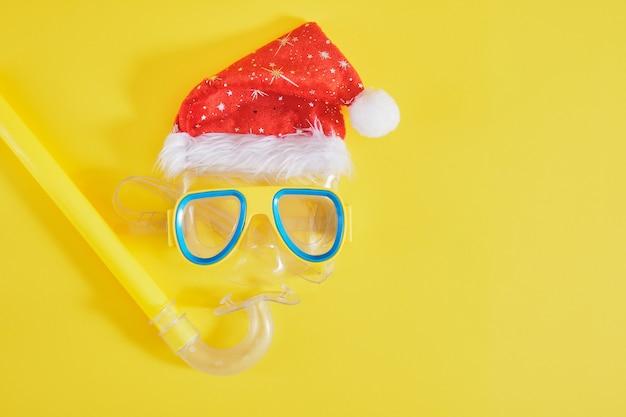 Дайвинг, шапка санта-клауса, крем от загара и бутылка лимонада, рождественские каникулы на пляже в теплой стране